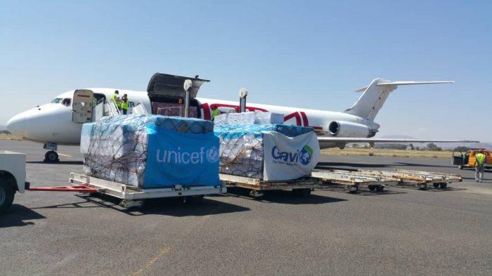 Photo of طائرة تابعة لليونيسف تحمل لقاحات تصل إلى مطار صنعاء