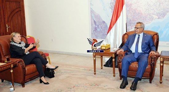 Photo of رئيس الوزراء يناقش مع منسقة الشؤون الإنسانية اثار منع دخول سفن المشتقات النفطية
