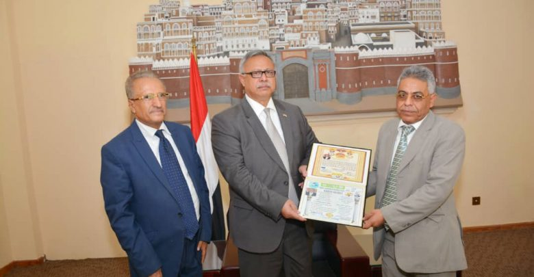 Photo of رئيس الوزراء يتسلم الدكتوراه الفخرية والوسام العالمي للسلام من الأكاديمية العالمية للسلام