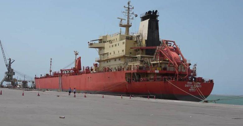 Photo of وصول سفينة محملة بكميات من البنزين و الديزل الى غاطس ميناء الحديدة