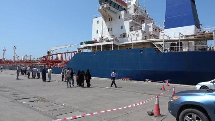 Photo of إحدى سفن المشتقات النفطية المحتجزة تصل إلى ميناء الحديدة
