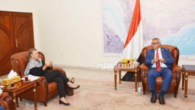 Photo of رئيس الوزراء يناقش مع منسقة الشؤن الانسانية سير نشاط المنظمات وآلية عملها