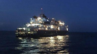 Photo of إنقاذ سفينة بعد جنوحها واصطدامها بالصخور في تايلاند.